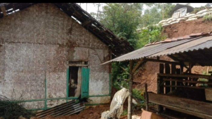 Kurnia dan Keluarga Menjerit saat Rumahnya di Cianjur Tiba-tiba Bergeser Dua Meter Terseret Longsor