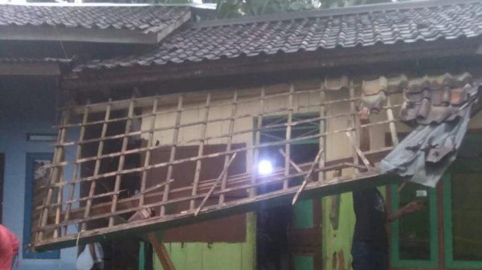 Sukabumi Dilanda Hujan Deras dan Angin Kencang, Rumah Warga dan Jalan Kabupaten Rusak Parah