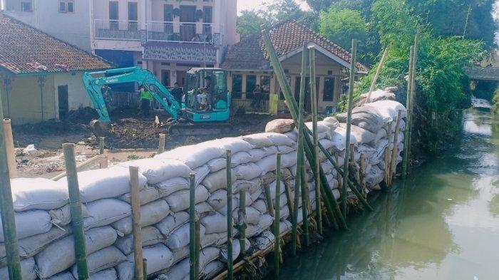 Kisah Ade, Korban Tanggul Jebol di Solokan Jeruk, Rumahnya Ambruk Dihantam Air, hanya Bisa Pasrah