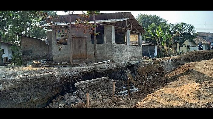 Tanah Ambles di Tanggul Sungai Cimanuk Indramayu Ditangani Pemprov Jabar, Sudah Ancam Pemukiman