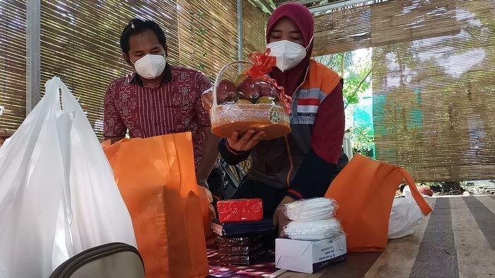 Relawan Inspirasi Rumah Zakat, Lastri Mulyani menyiapkan bantuan bagi para wartawan yang menjadi penyintas Covid-19 dan tengah isolasi mandiri (Isoman) di Kabupaten Indramayu dan Cirebon, Minggu (11/7/2021).