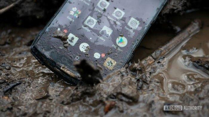 HP Anda Tercebur ke Air Saat Banjir? Jangan Panik, Ikuti Saja Tips Berikut Ini