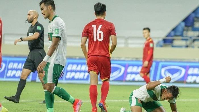 Penyerang timnas Indonesia, Saddam Gaffar, menyesali tendangannya yang melambung jauh di atas gawang Vietnam dalam lanjutan Kualifikasi Piala Dunia 2022 Zona Asia.