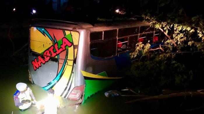 Sopir Ugal-ugalan Saat Menyalip Motor, Bus Tabrak Pohon dan Masuk Sungai, Kini Sopir Kabur