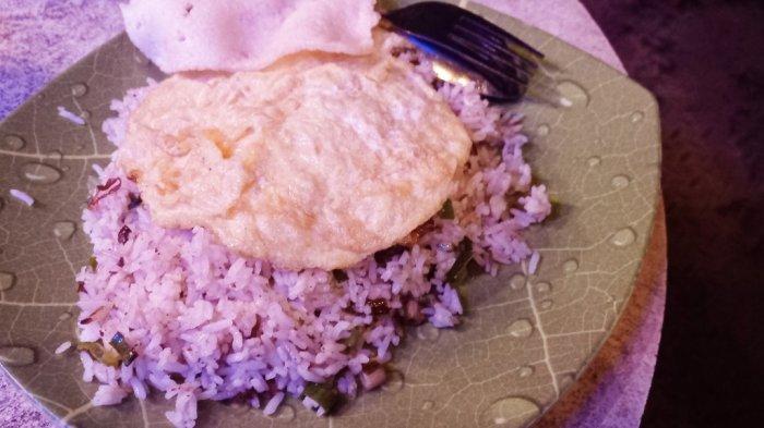Sajian nasi goreng kampung khas Dapur Caringin Tilu.