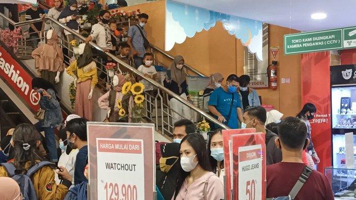Pusat Perbelanjaan di Indramayu Diserbu Pengunjung, Terminal Pun Dijadikan Parkir Kendaraan