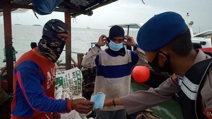 Sambil Patroli, Ditpolairud Polda Jabar Sosialisasikan Prokes ke Nelayan dan ABK