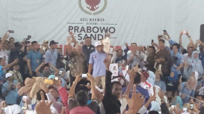 Kampanye di Cianjur, Sandiaga Uno Pikul Beras, Aher Targetkan Prabowo-Sandiaga Menang 70%