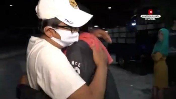 Sarwono menangis haru lalu memeluk Dedi Mulyadi