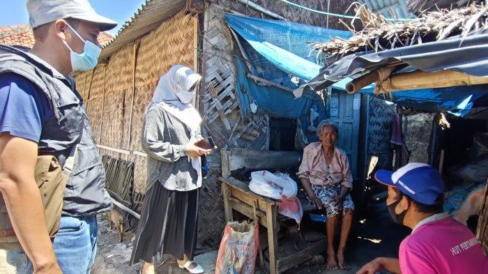 Pakai Motor, Satgas Covid-19 Desa Majakerta Indramayu Blusukan Cari Warga Miskin yang Perlu Bantuan