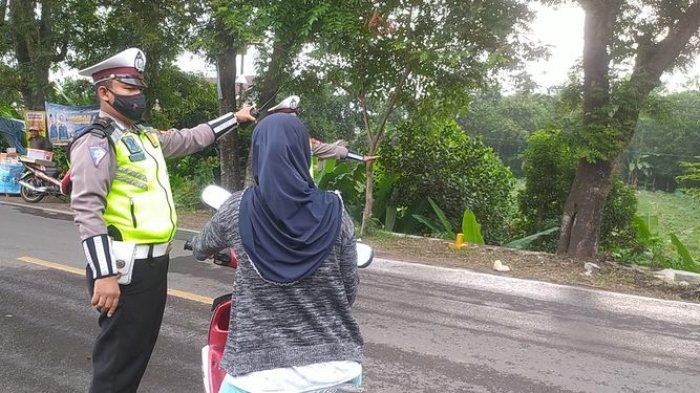 Cegah Pemudik, Polisi Lakukan Penyekatan di Bagbagan Sukabumi, Warga Tak Berhelm Diputar Balik