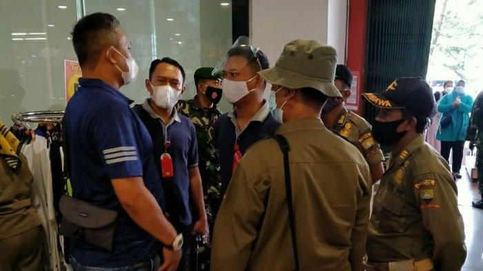 Satpol PP Kabupaten Sumedang saat melakukan patroli ke pusat perbelanjaan di Sumedang.