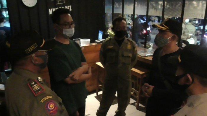 Sedang Asyik Nongkrong di Cafe, Kerumunan Pemuda di Sumedang Dibubarkan Satgas Covid-19