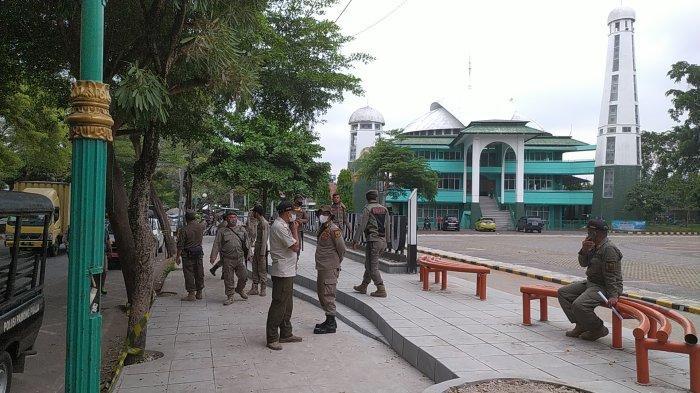 Satpol PP Tertibkan Pedagang Kaki Lima di Alun-alun Palabuhanratu, Harus Streril PKL 24 Jam