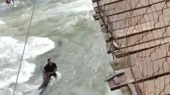 Viral Detik-detik Keluarga Kecelakaan di Jembatan Gantung, Ibu Anak Jatuh ke Sungai, Ayah Tergantung