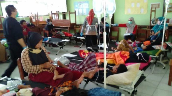 Sebagian korban dugaan keracunan adalah anak-anak. Mereka dirawat di ruang kelas SD Puspasari belakang Puskesmas Mangkubumi