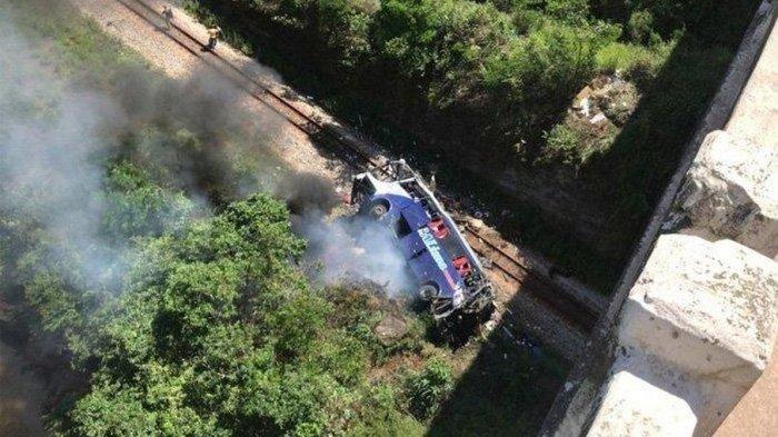 KECELAKAN SIANG TADI, Bus Terjun dari Jembatan Sedalam 15 Meter, 10 Orang Dilaporkan Tewas