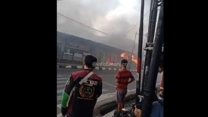 BREAKING NEWS Rumah Makan Padang Terbakar Hebat di Cimahi Siang Tadi, Warga Heboh Lihat Api