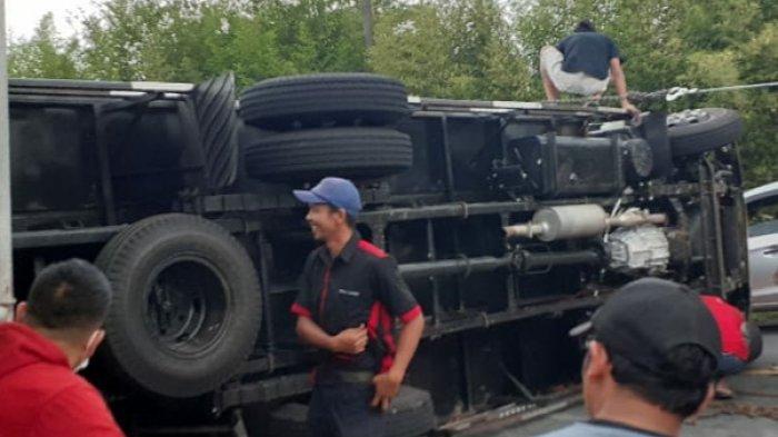 Truk Pengangkut Beras Terguling di Jalur Puncak Cianjur, Sopir Luka-luka