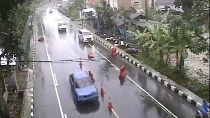 Siapa Pengemudi Sedan Biru Ini? Tabrak Pembatas Jalan di Penyekatan Indihang Kota Tasik Lalu Kabur