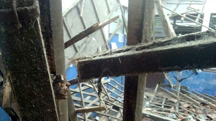 Sejak Dibangun Tak Pernah Diperbaiki, Tiga Ruang Kelas di SDN Medangasem 1 Karawang Ambruk