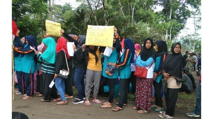 Sejumlah Emak-emak dan Ratusan Warga Lainnya Demo di Kantor Desa Neglasari Kabupaten Tasikmalaya