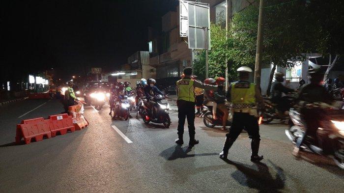 Sejumlah petugas saat menyekat pemudik di posko penyekatan Weru, Jalan Otista, Kabupaten Cirebon, Selasa (11/5/2021) dinihari.