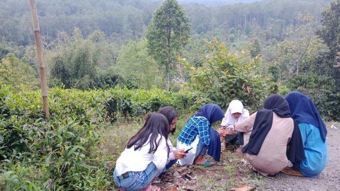 Sejumlah siswa belajar di pinggir hutan di Dusun Cibubut, Desa Jayamekar, Kecamatan Cibugel, Kabupaten Sumedang, Jumat (24/9/2021).