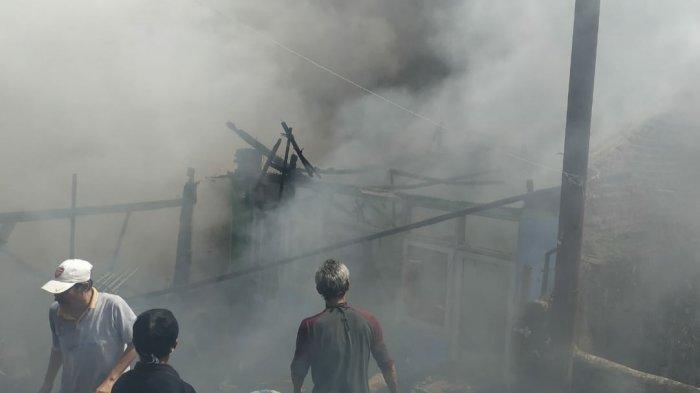 Diduga Anak Disabilitas Main Korek Api, 3 Rumah Kontrakan di Sumedang Ludes Terbakar