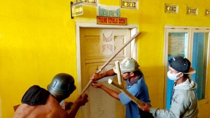 BREAKING NEWS, Warga Geruduk Kantor Desa di Subang, Ruangan Kepala Desa Dipasang Palang Pintu