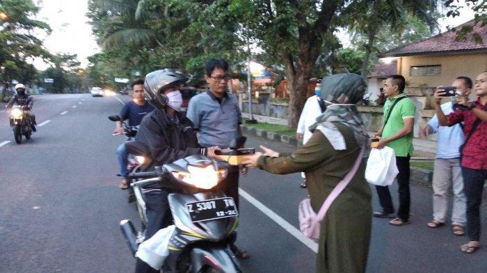 Pramuka dan Wartawan Ciamis Berbagi Takjil untuk Pengguna Jalan, ''Jangan Hitung-hitungan''