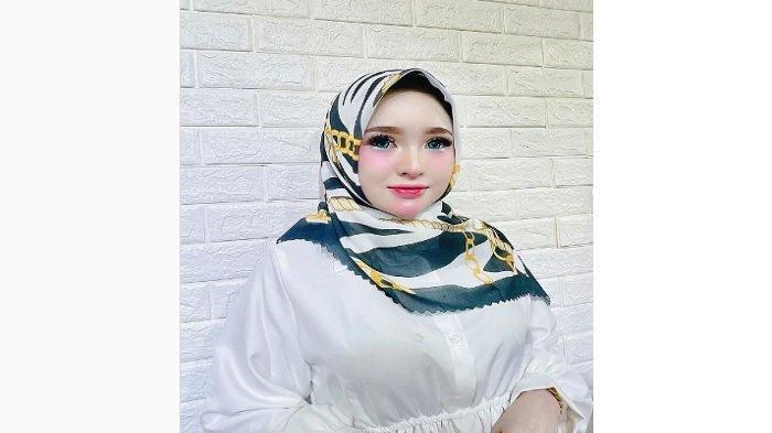 Sosok Selebgram Aceh Herlin Kenza, Dikawal Pria Kekar di Tengah Kerumunan, Julukannya Barbie Hijab
