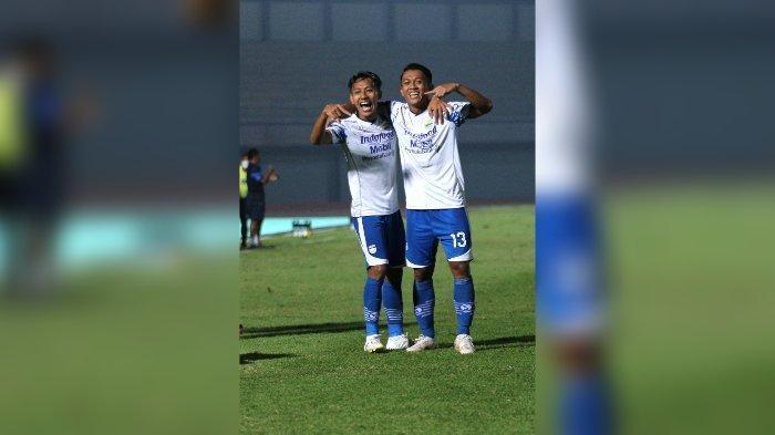 Dua pemain Persib Bandung Febri Hariyadi dan Beckham Putra melakukan selebrasi setelah Beckham mencetak gol ke gawang Bali United. Gol itu berkat umpan Febri.