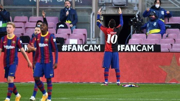 Lionel Messi melakukan selebrasi yang ditujukan untuk mendiang Diego Maradona dalam laga Barcelona vs Osasuna, Minggu (29/11/2020).