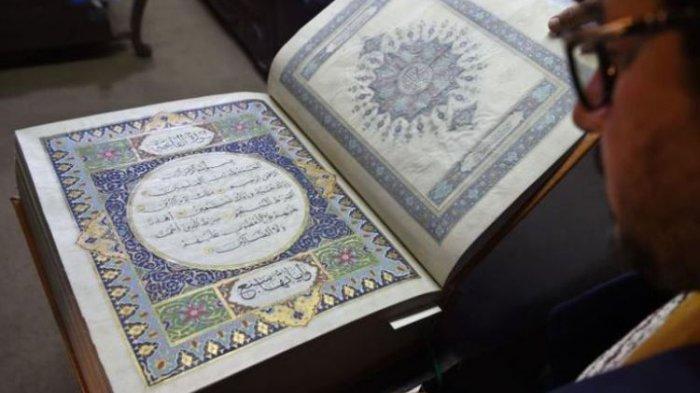 Seniman Afganistan Mohammad Tamim Sahibzada menunjukkan Al Quran buatan tangan yang dibuat dari kain sutra di Turquoise Mountain Foundation, Mourad Khani, di bagian kota tua Kabul, Afghanistan.