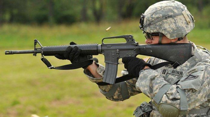 Oknum Brimob Pasok Senjata ke KKB Papua, Senjatanya M16 dan M4