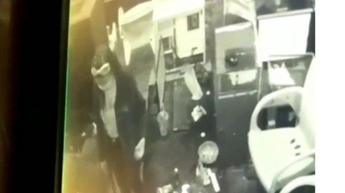 VIRAL, Wanita Berbando Santai Ambil Kunci Sepeda Motor dan Helm di Dalam Warnet, Ternyata Maling
