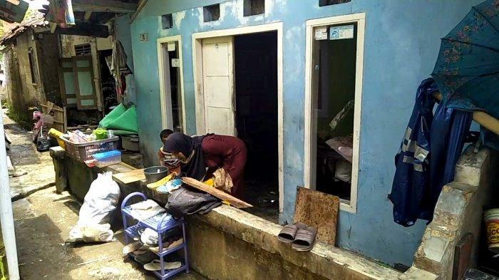 Rumah Terendam Banjir Akibat Hujan Semalam, Warga Sukakarya Kota Sukabumi Sibuk Bersihkan Lumpur