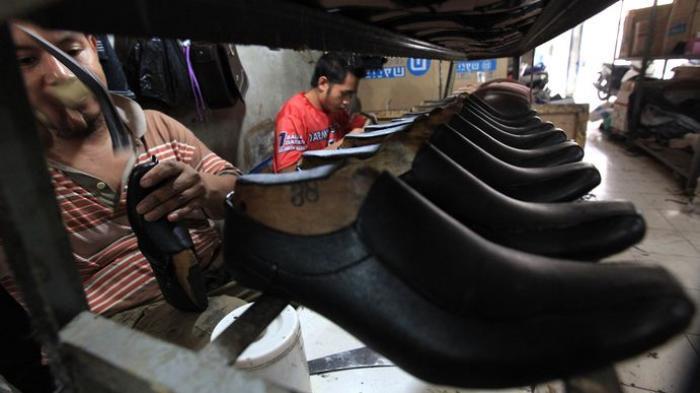 BREAKING NEWS FOTO: Rumah Produksi Sepatu Cibaduyut Ini Masih Kurangi  Jumlah Pekerja - Tribun Jabar
