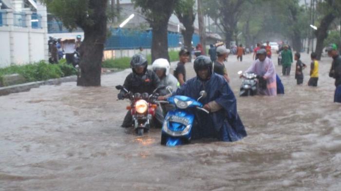 Motor Mogok Gara-gara Terjang Banjir? Gampang, Ini Cara Mengatasi Motor Mogok Menerjang Banjir