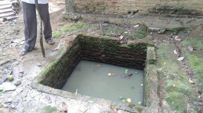 Kondisi septic tank tempat korban ditemukan meninggal dunia, Selasa (2/2/2021). 2 balita tercebur septic tank ini saat ibunya sedang karaoke di rumah.