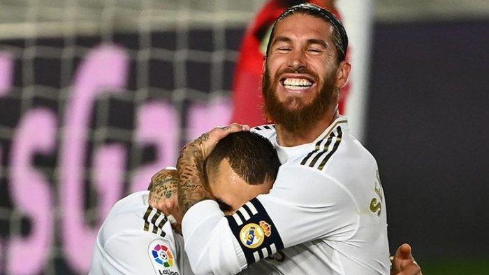Pemain Real Madrid Karim Benzema (kiri) dan Sergio Ramos merayakan gol dalam laga melawan Villarreal dan berhasil keluar sebagai juara Liga Spanyol setelah menang 2-1, di Stadion Alfredo di Stefano, Valdebebas, pada Jumat (17/7/2020) dini hari WIB.
