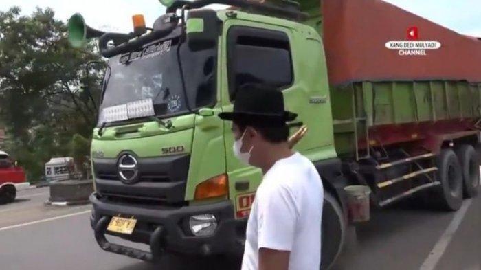 setelah ditegur Dedi Mulyadi para sopir truk itu akhirnya memindahkan truknya yang diparkir di atas jembatan