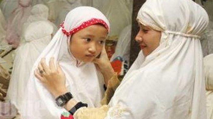 ILUSTRASI - Shalat Tarawih berjamaah di rumah bersama keluarga.