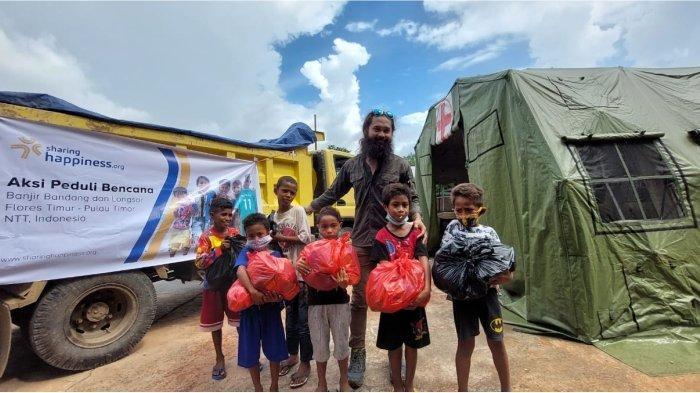 Salurkan Bantuan Bencana NTT, Sharing Happines Gandeng Aktor Adhin Abdul Hakim