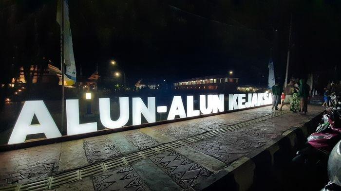 Sign in Alun-alun Kejaksan di sisi Jalan Siliwangi, Kota Cirebon, Rabu (14/4/2021) malam.