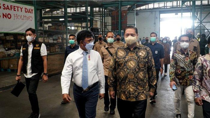 Ketua Komite Penanganan Covid-19 dan Pemulihan Ekonomi Nasional (KPCPEN) Airlangga Hartarto Indonesia saat menyambut kedatangan vaksin tahap ke-13 di Bandara Soekarno-Hatta (Soetta) Selasa (25/5)