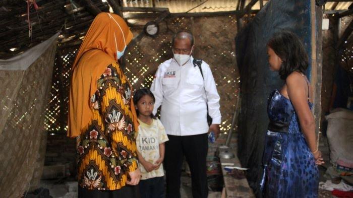 Sinta Murni, bocah berusia sekitar 7 tahun yang tinggal rumah gubuk mengurusi ibunya yang ODGJ di Desa/Kecamatan Kroya, Kabupaten Indramayu, Jawa Barat, Rabu (23/6/2021).