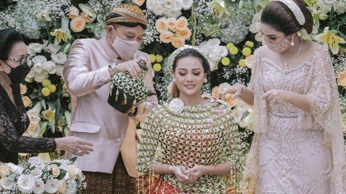 Momen siraman Aurel, calon istri Atta Halilintar bersama orangtuanya, Anang Hermansyah dan Ashanty.