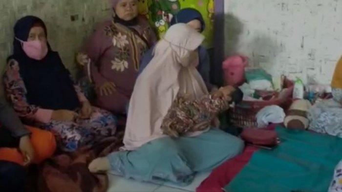 Warga sedang menggendong bayinya yang dilahirkan Siti Jainah tanpa merasa hamil sebelumnya. Warga Cianjur pun heboh.